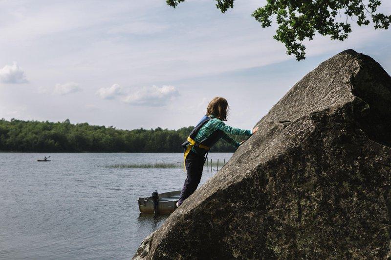 Kinder können sich nach dem Paddeln auch im Klettern versuchen