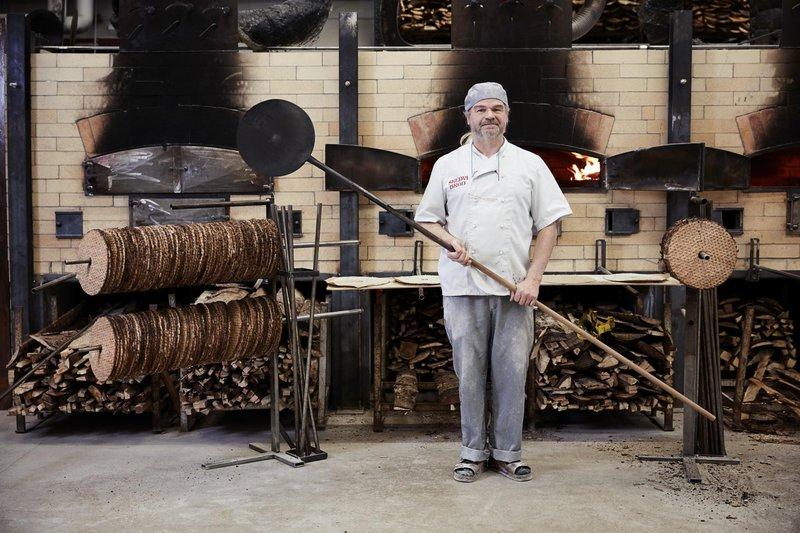 Skedvi Bröd backt knackiges Sauerteigbrot im Holzofen.