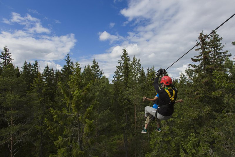 Kids zipline with the guides, Småland